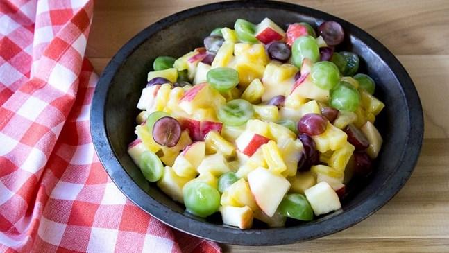 Лятна плодова салата с пудра захар и ром
