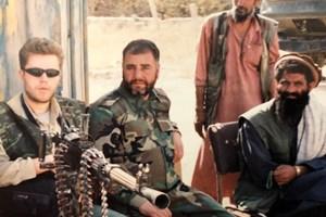 С генерал Бабаджан на фронта край летище Баграм, 2001 г.