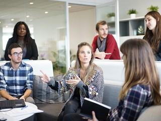Защо е полезно да игнорираме колегите в офиса