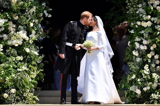 Първата съпружеска целувка на принц Хари и Меган Маркъл
