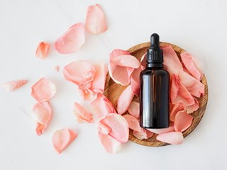 Розовото масло - враг на акнето, старостта и депресията