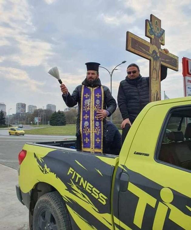 Свещеник поръси Бургас със светена вода за здраве
