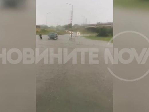 Проливен дъжд блокира части от Бургас (Видео)