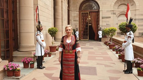 Посланичката на България в Индия се представи с народна носия (Снимки)