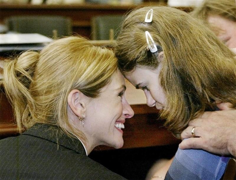 Джулия Робъртс поздравява в Капитолия 15-годишната Линдзи Рос от Илинойс, която страда от синдрома на Рет. Актрисата пледира за отпускане на средства от Конгреса за изследване на болестта.