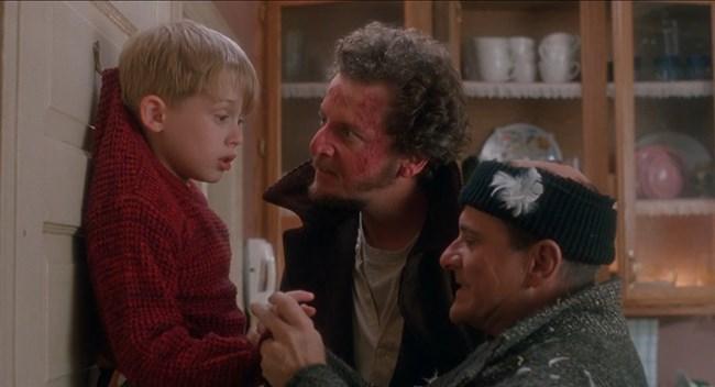 """Кевин Макалистър (Маколи Кълкин) сам се справя с """"Мокрите бандити"""" в емблематичната комедия за Коледа """"Сам вкъщи""""."""