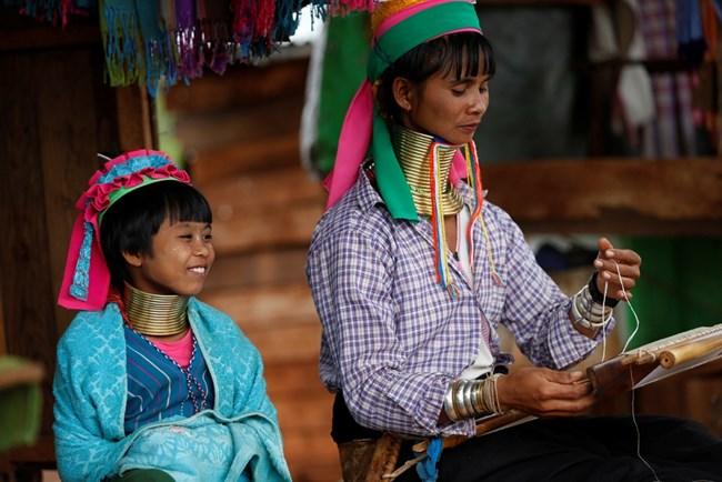 Момичетата от племето каян започват да носят месингови пръстени на шията още от 5-годишни.