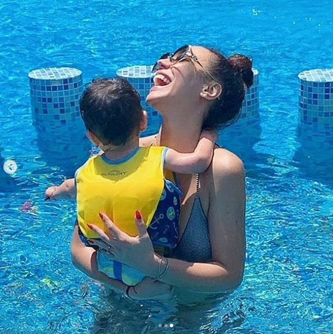 Илиева си играе със сина си във водата
