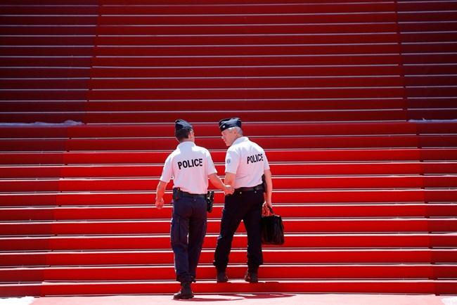 Френската полиция ги пази