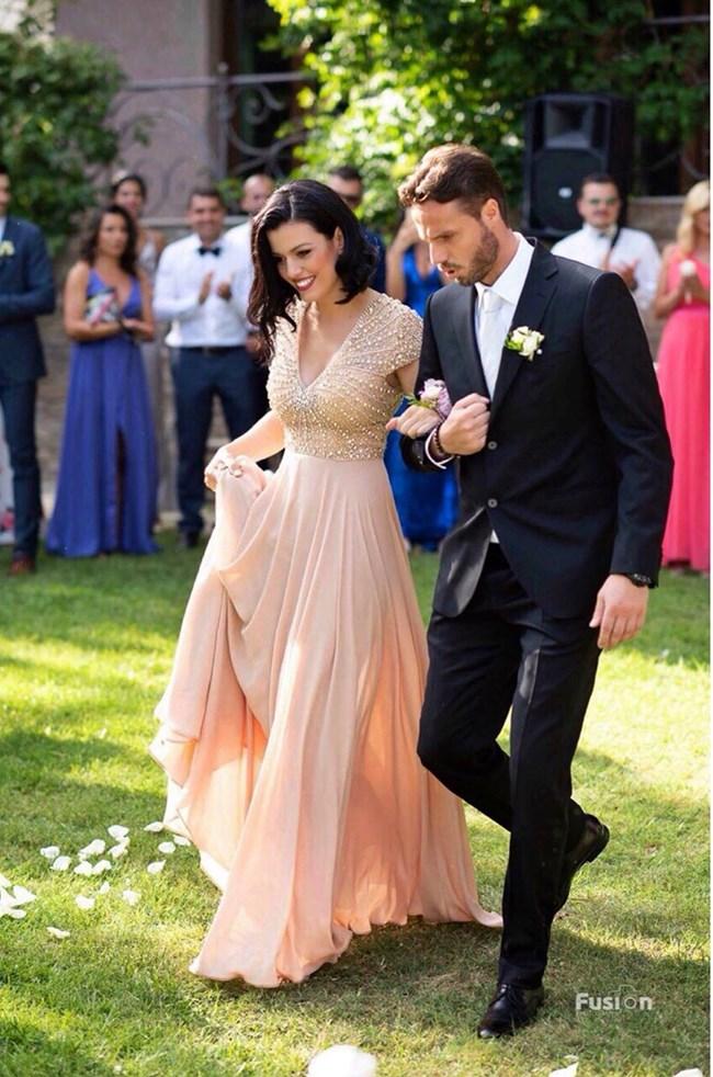 Ралица, хванала под ръка Теодор, кумува на сватбата на капитана на националния ни отбор по волейбол Виктор Йосифов миналия уикенд.