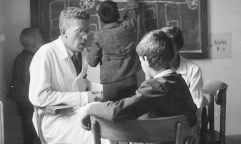 Д-р Ханс Аспергер със свой пациент. Снимка от началото на 40-те. г.