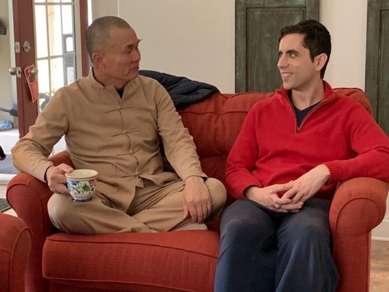 Майстор Юан Тзе (вляво) беседва с главното действащо лице във филма Норберто от Португалия.