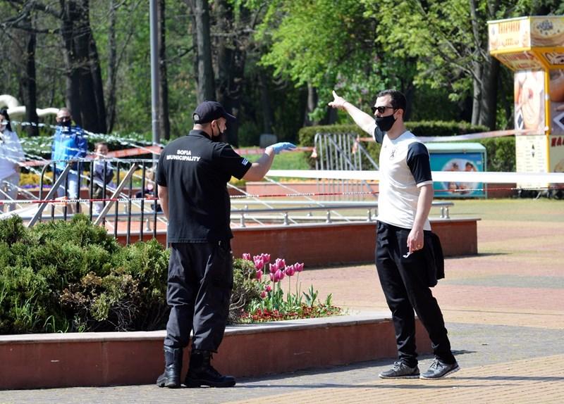 Пешеходец съгласува разходката си в парка с охранител. СНИМКА: ЙОРДАН СИМЕОНОВ