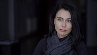 Десислава Бинева: Предпочитам 800 000 да четат български поети, отколкото да се разходя с носия пред Айфеловата кула