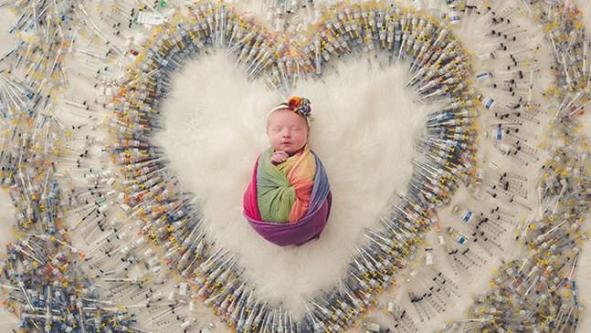 Уникалната снимка на бебе, заобиколено от 1616 инжекции, с чиято помощ е създадено