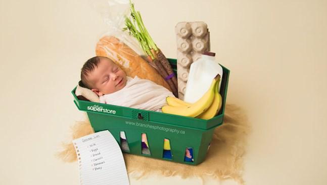 Бебе, родено в хранителен магазин, получава тематична фотосесия