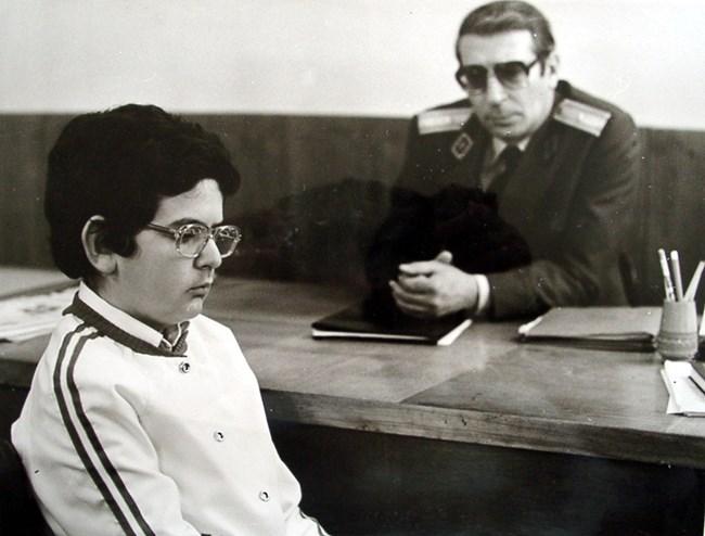 Женя разговаря с милиционера (Светослав Пеев)