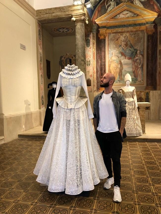 """Дни след шоуто в Лондон Иван Донев показа по лична покана роклята на изложба на посолството на Япония в Рим. Тя бе в замъка """"Санта Севера"""". Изложени бяха оригиналните костюми от операта Мадам Бътерфлай, автентични японски костюми и тоалети и на други нашумели в Италия млади дизайнери."""