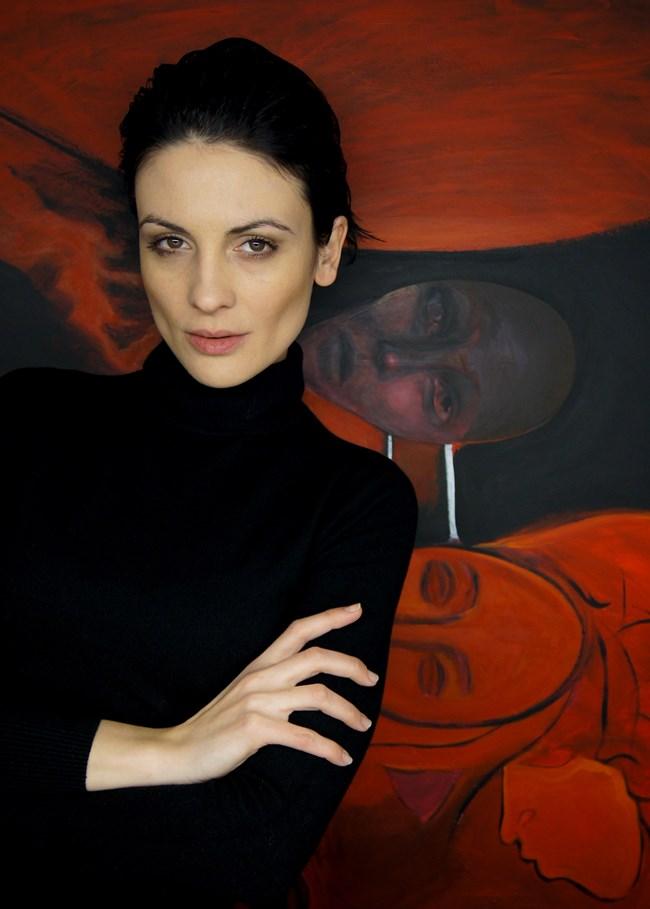 Талантливата актриса позира до своя авторска картина. СНИМКИ: ЛИЧЕН АРХИВ И НОВА ТВ