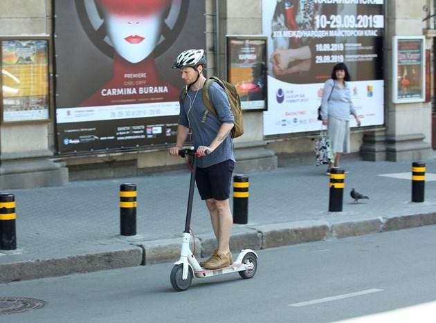 С елтротинетка- до 25 км/ч, с каска и не на тротоара