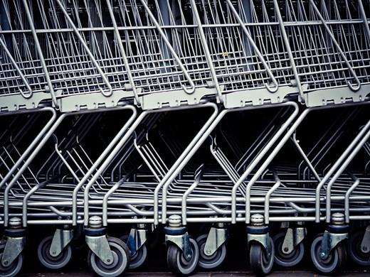 Клиенти си помагат при въведените ковид ограничения на пазаруване