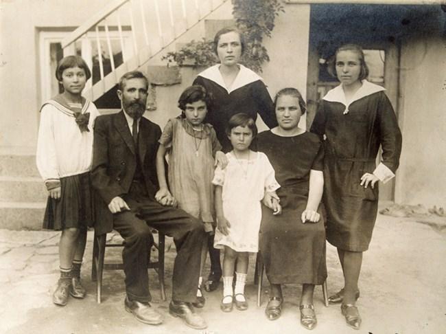 Дядо Павел и баба Траяна със своите дъщери