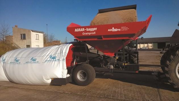 AGRAR-bagger Grainprofi пълни и на бетонна площадка