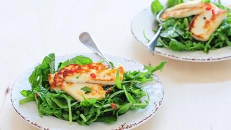Eфектна салата с рукола и печено сирене