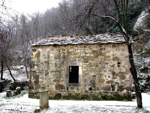 Вековен манастир край Роман, изрисуван от Захари Зограф, е оставен да се руши