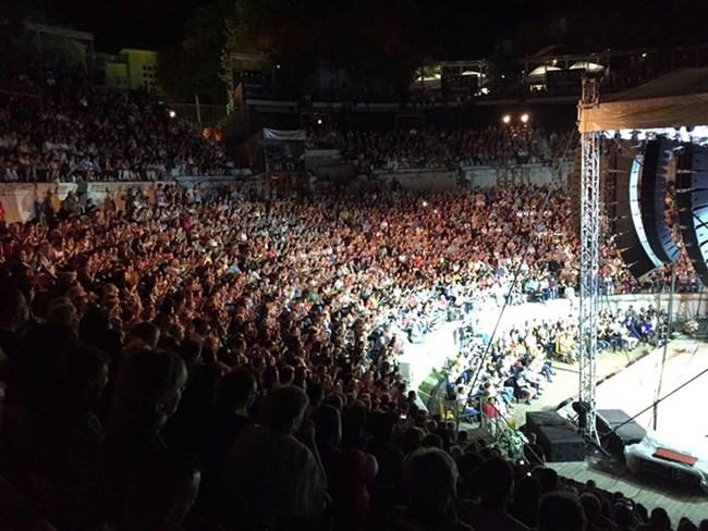 Античният театър беше пълен с хора, дошли да чуят на живо голямата Лили Иванова в неделя вечерта.