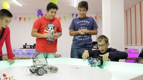 Нов тип детско парти с роботи радва децата в София