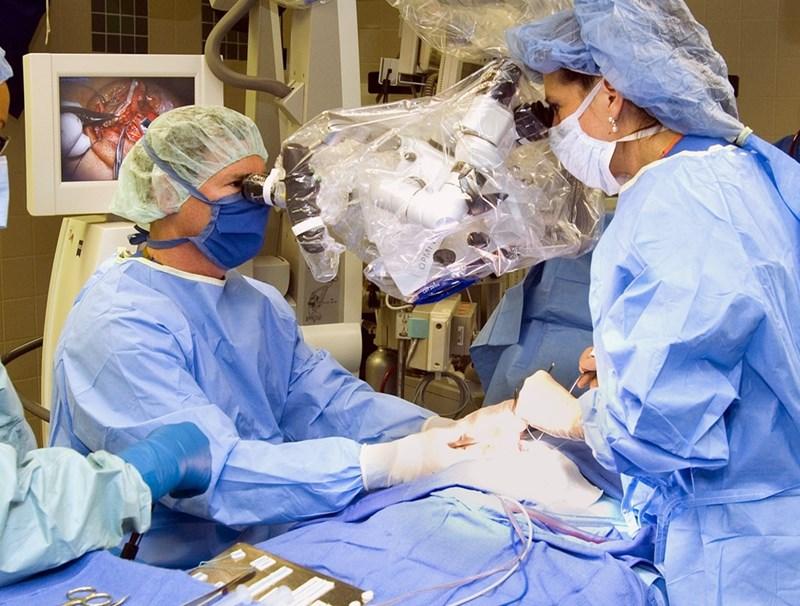 15-ина години учене и практика стоят между първото студентско желание да станеш неврохирург и увереността, че можеш да поемеш по-сложни операции.  СНИМКА: РОЙТЕРС