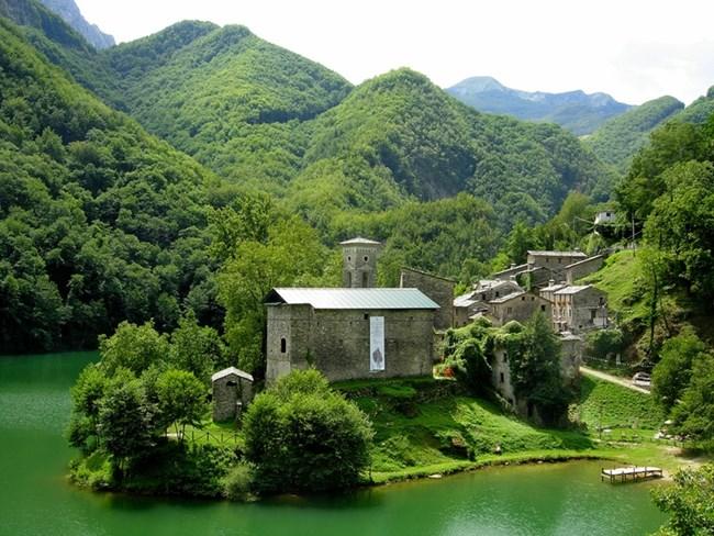 Изола Санта до град Лука е известна като селото на феите.