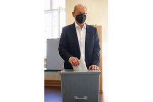 Настоящият финансов министър на Германия Олаф Шолц от Социалдемократическата партия гласува на изборите.