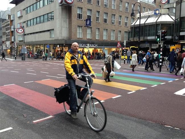 Холандия е толерантна към разноцветните вкусове, предпочитания и ориентации. Това личи дори от начина на изрисуване на пешеходните пътеки като тази в центъра на Ютрехт.