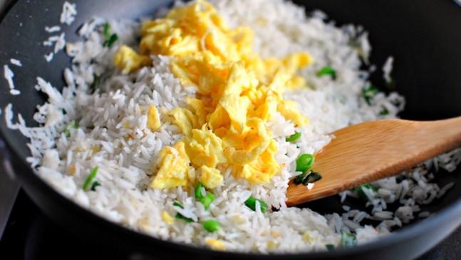Ароматен ориз с яйце и лук