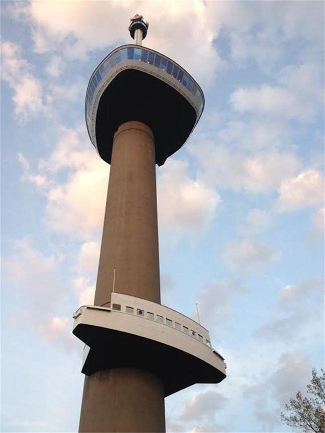 От кулата Еуромаст (вляво) в Ротердам ще видите града като на длан (на следващата снимка). На върха на кулата има ресторант и хотелска част, в която може да нощувате буквално под звездите.