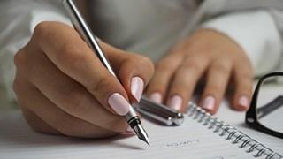 3 начина за лесно премахване на жълтите петна по ноктите