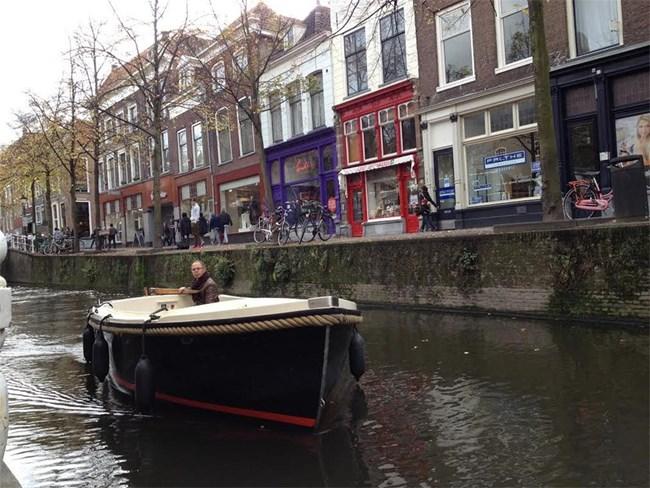 Градът на художника Йоханес Вермер е красив гледан и от водата, и от сушата.