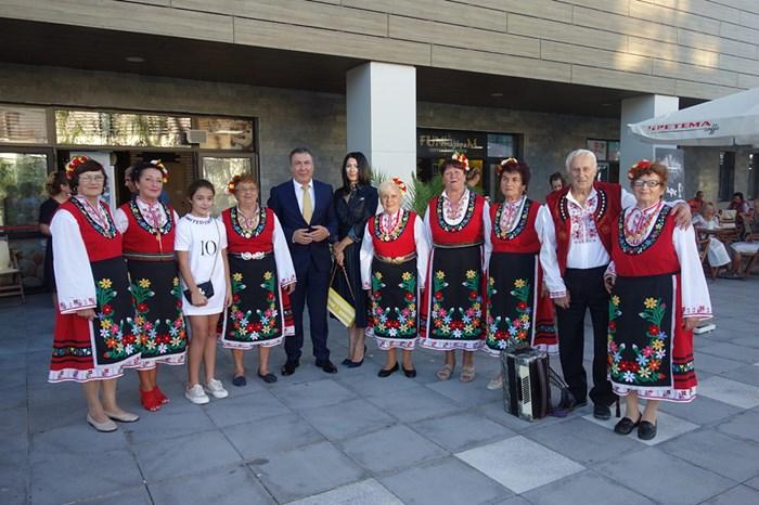 Кметът Николай Димитров поздравява участниците във фестивала.
