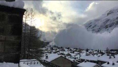 Туристка засне гигантска лавина да затрупва село (Видео)