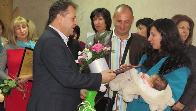На Бабинден орисаха първото бебе на Велико Търново за 2019 г. (Снимки)