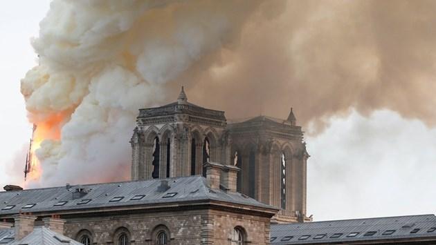 """Гори катедралата """"Нотр Дам"""" в Париж, кулата се срина  (На живо и снимки)"""
