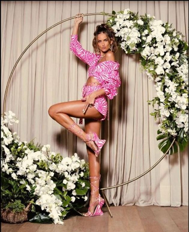 Изабел показва и крак