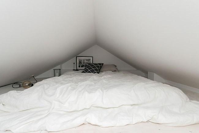 Горната спалня е широка, но е точно под тавана