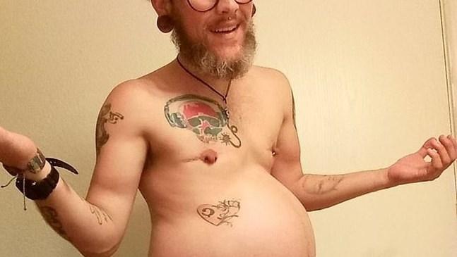Мъж трансджендър роди момче, лекарите му казали, че не може да забременее