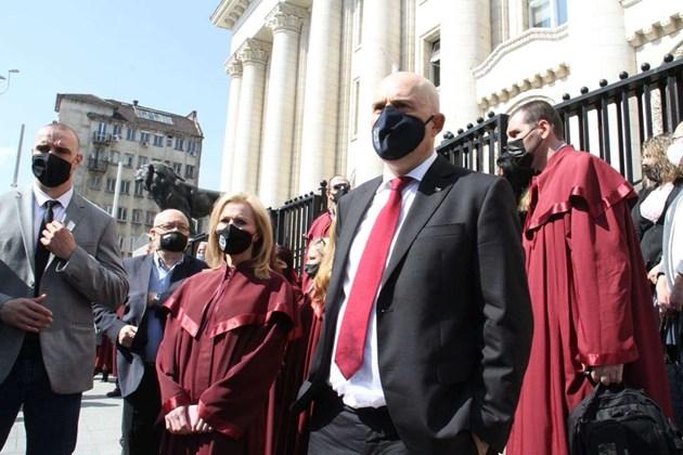 Прокурори и съдии излязоха на протест срещу закриването на спецсъда