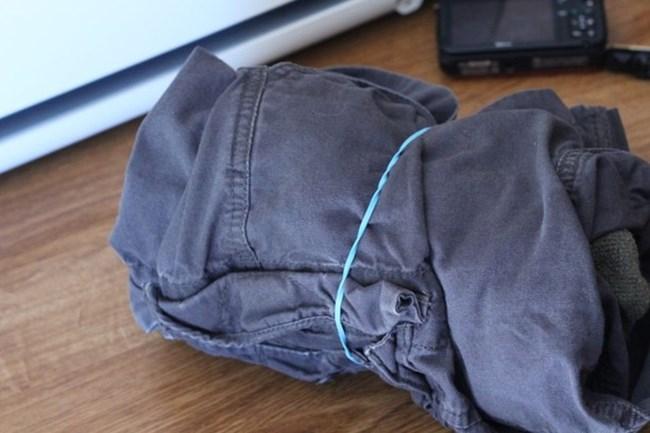 С ластици може да стегнете по-добре дрехи навити на руло, преди да ги поставите в багажа си.