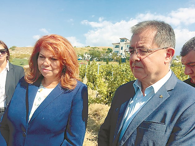Вицепрезидентът Илияна Йотова и министър Христо Бозуков откриха гроздобера в лозовите масиви на с. Хърсово