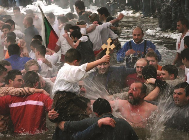 Вярва се, че който улови хвърления кръст в силните и ледени води ще бъде здрав и честит през цялата година
